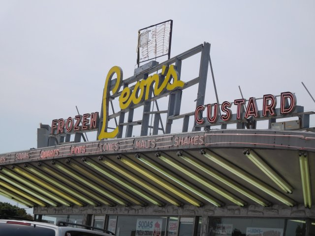 Great lighting atop Leon's Frozen Custard, US-41 (27th Street), Milwaukee, WI.